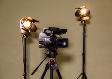 Videocámara y los dos proyectores con las lentes de Fresnel Imágenes de archivo libres de regalías