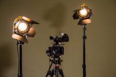 Videocámara y los dos proyectores con las lentes de Fresnel Fotografía de archivo