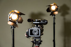 Videocámara y los dos proyectores con las lentes de Fresnel Fotos de archivo