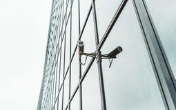 Videocam de sécurité sur la façade du bâtiment d'affaires de bureau photo libre de droits