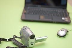 Videocamera con il calcolatore Fotografia Stock Libera da Diritti