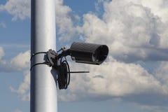 Videocamera di sicurezza, cassaforte della città, cielo nuvoloso Fotografie Stock Libere da Diritti