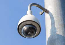 Videocamera di sicurezza, CCTV sul fondo del cielo blu Fotografia Stock Libera da Diritti