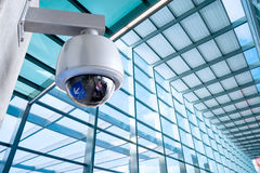 Videocamera di sicurezza, CCTV sull'edificio per uffici di affari Fotografia Stock