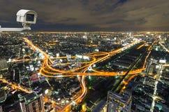 Videocamera di sicurezza che controlla il movimento di traffico sulla vista superiore della c Immagini Stock