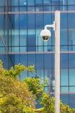 Videocamera di sicurezza con il fondo della costruzione, CCTV Immagini Stock