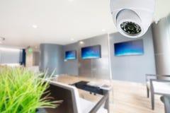 Videocamera di sicurezza del CCTV che controlla il vostro posto fotografia stock libera da diritti