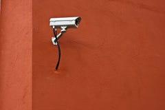 Videocamera di sicurezza del CCTV e parete rossa. fotografia stock libera da diritti