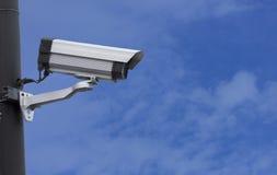 Videocamera di sicurezza di sorveglianza o CCTV su cielo blu Fotografia Stock