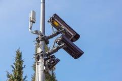 Videocamera di sicurezza e sorveglianza del CCTV su un palo contro il contesto di cielo blu fotografie stock libere da diritti