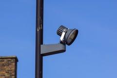 Videocamera di sicurezza e sorveglianza del CCTV su un palo contro il contesto di cielo blu immagine stock libera da diritti