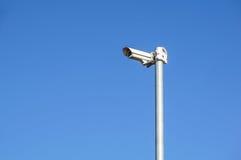 Videocamera di sicurezza e sorveglianza del CCTV su un palo contro il contesto di cielo blu fotografia stock