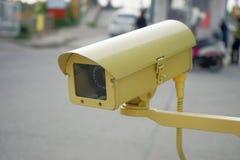 Videocamera di sicurezza gialla del CCTV Fotografia Stock