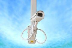 Videocamera di sicurezza isolata sul fondo del cielo blu Fotografia Stock Libera da Diritti
