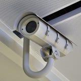 Videocamera di sicurezza o CCTV all'aeroporto Fotografia Stock