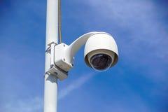 Videocamera di sicurezza sopraelevata di alta tecnologia con un cielo blu di pendenza Immagini Stock Libere da Diritti