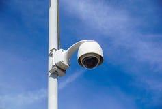 Videocamera di sicurezza sopraelevata di alta tecnologia con un cielo blu di pendenza Immagini Stock