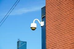 Videocamera di sicurezza sopraelevata di alta tecnologia con il cielo scuro di temporale Fotografie Stock