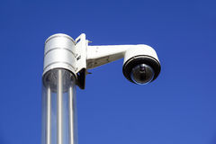Videocamera di sicurezza sopraelevata di alta tecnologia con un cielo blu Immagini Stock