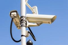Videocamera di sicurezza su un palo messo all'osservazione. Fotografia Stock