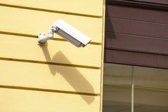 Videocamera di sicurezza su una parete della costruzione Fotografie Stock Libere da Diritti