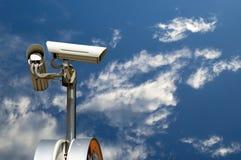 Videocamera di sicurezza sul cielo Fotografie Stock Libere da Diritti