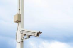 Videocamera di sicurezza sul cielo nuvoloso Fotografia Stock Libera da Diritti