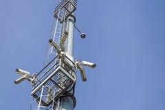 Videocamera di sicurezza sull'alta torre del palo del sistema del CCTV di giorno Fotografia Stock Libera da Diritti