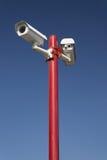 Videocamera di sicurezza sulla colonna rossa, blu isolato Fotografie Stock