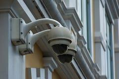 Videocamera di sicurezza sulla costruzione della parete fotografia stock libera da diritti