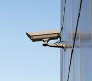Videocamera di sicurezza sulla parete Fotografie Stock