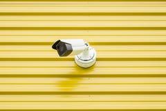 Videocamera di sorveglianza isolata su giallo fotografia stock libera da diritti