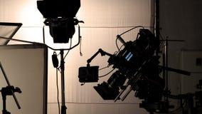 Videocamera in film of filmproductie op driepoot stock foto's