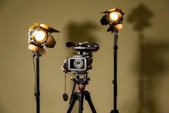 Videocamera portatile ed i due riflettori con le lenti di Fresnel fotografia stock