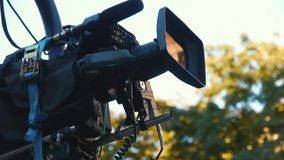 Videocamera portatile sul rubinetto durante la fucilazione Ripresa del film sulla via