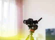 Videocamera sul treppiede usato dal influencer del vlogger per video chan fotografie stock