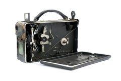 Videocamera tenuta in mano molto vecchia isolata su fondo bianco Immagine Stock