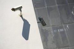 Videocamere di sicurezza bianche sulla parete Fotografie Stock