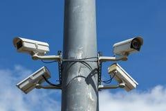 Videocamere di sicurezza con cielo blu Fotografie Stock Libere da Diritti