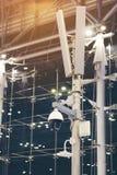 Videocamere di sicurezza del CCTV ed altoparlanti contro ed antenna di wifi fotografie stock libere da diritti