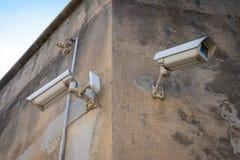Videocamere di sicurezza del CCTV sul palo che guarda l'area fotografie stock