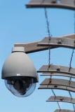 Videocamere di sicurezza e filo spinato Fotografia Stock