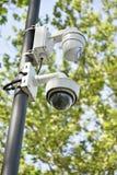 Videocamere di sicurezza su un palo all'aperto Immagini Stock