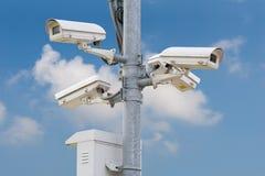 Videocamere di sicurezza in un alloggio ed in un'unità di controllo all'aperto Fotografie Stock Libere da Diritti