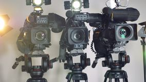 Videocamere professionali sui treppiedi regolabili video d archivio