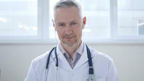 Videochat mit Patienten durch Doktor stock footage