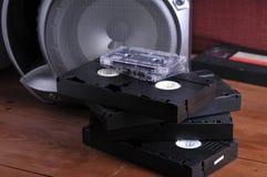 Videocintas viejas en la tabla fotos de archivo