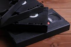 Videocintas viejas en la tabla imagen de archivo libre de regalías