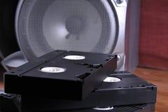 Videocintas viejas en la tabla fotografía de archivo libre de regalías