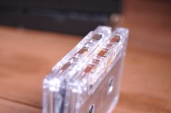 Videocintas viejas en la tabla foto de archivo